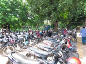 所狭しと並べられ125ccのオートバイ駐輪場