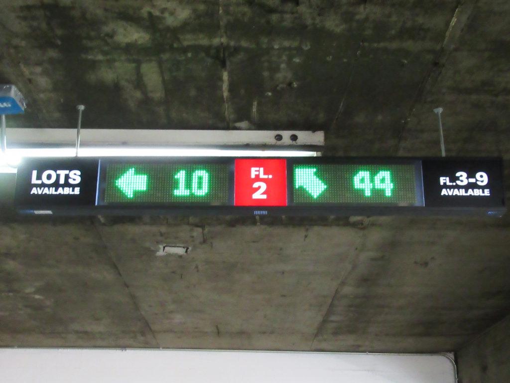 フロア別空き台数表示看板