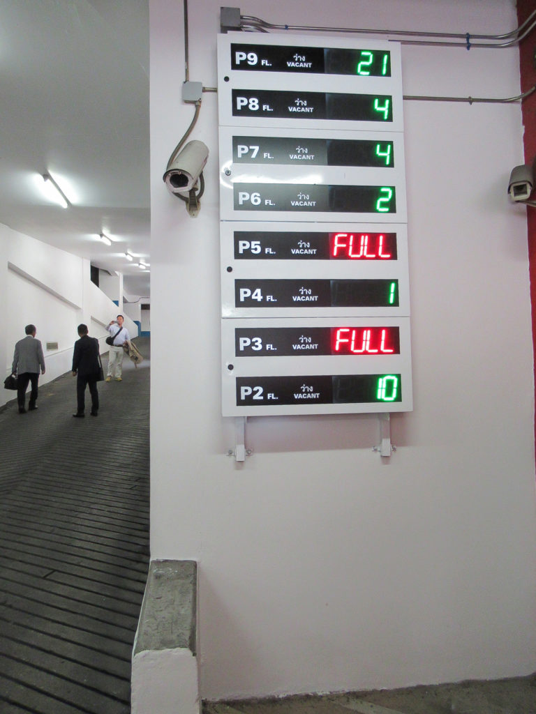 入口満空看板 (フロア別空き台数表示)