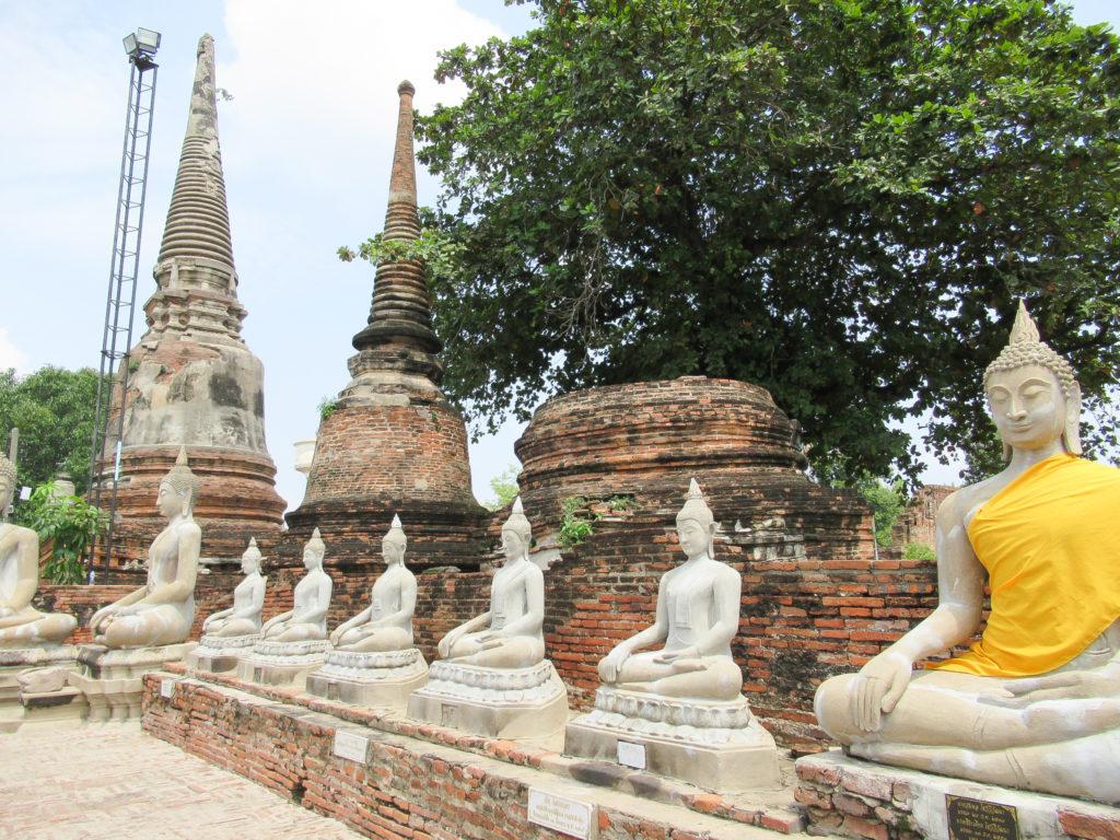 回廊に並ぶ仏像