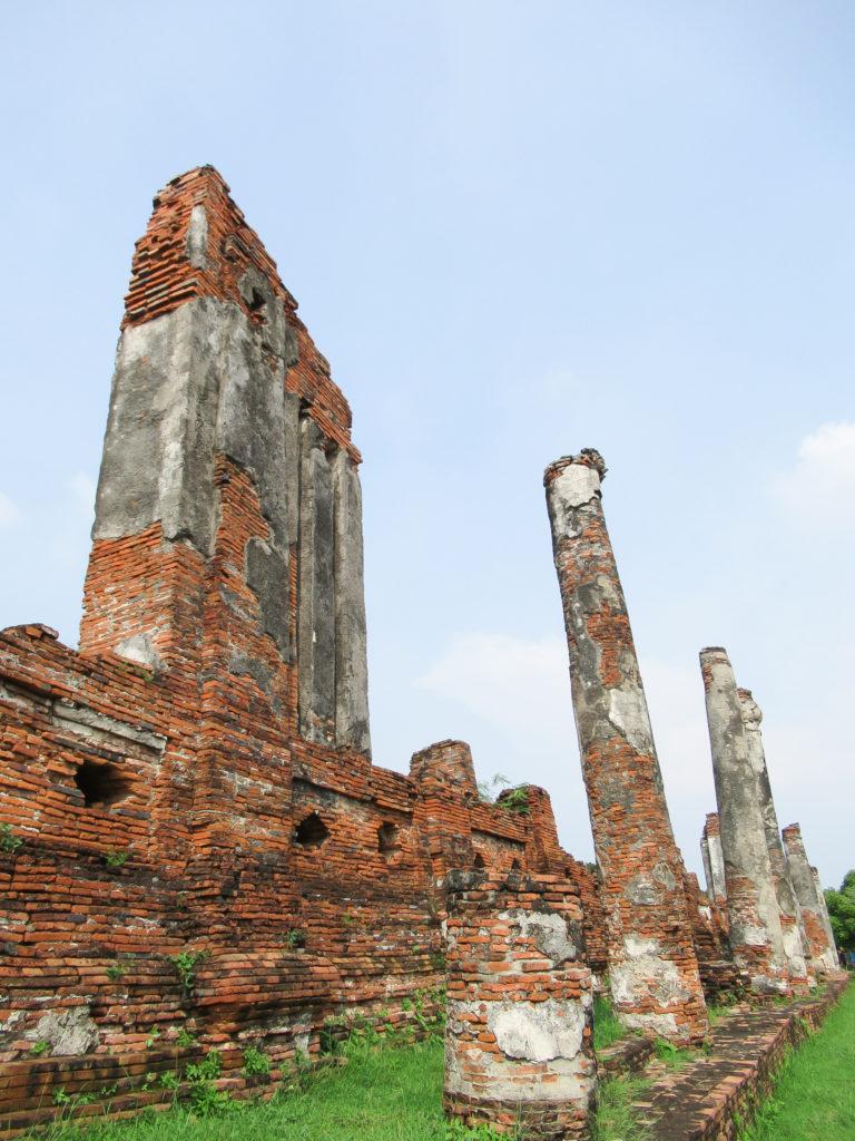 煉瓦積みの壁と柱はローマ 遺跡のようにも見える